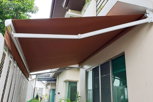 139-retractable-awnings711418D9-F5AD-2B20-5792-BE872C6EBF3A.jpg