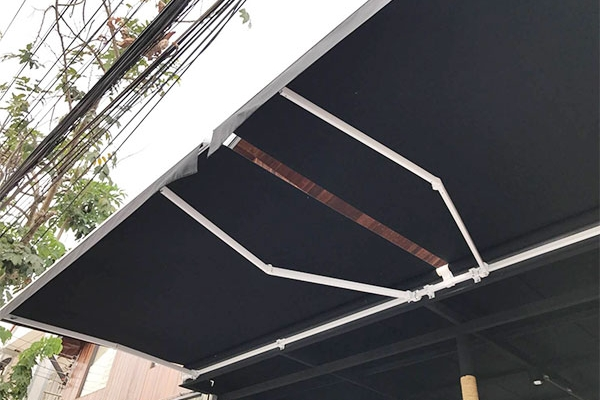 43-retractable-awnings5192750F-2979-FAE0-0377-EAF154C1939B.jpg
